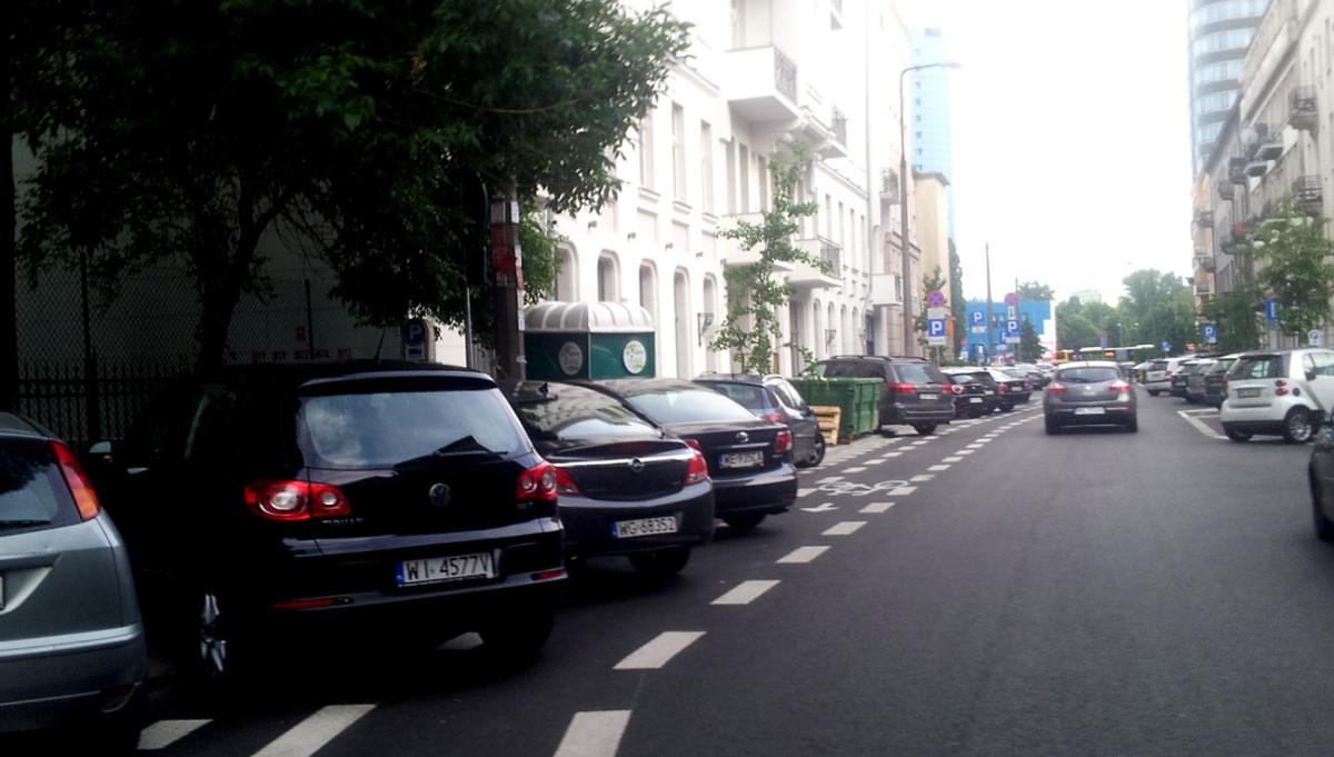 Kontrapas na Mokotowskiej, często traktowany przez kierowców jak parking.