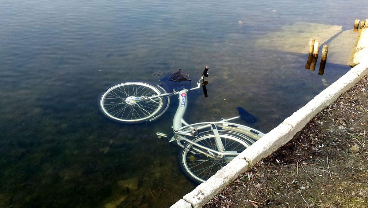 Rower Veturilo, który wiosną tego roku znalazłem w kanałku na Kępie Potockiej.
