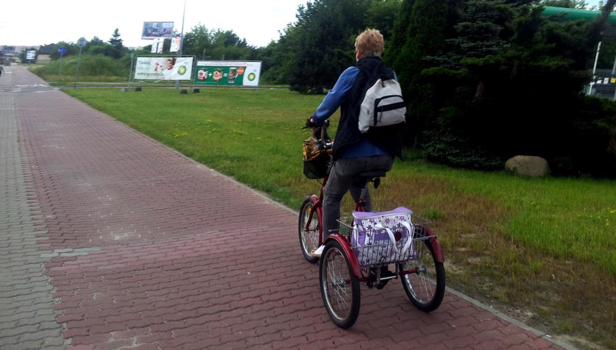 Droga dla rowerów na Bemowie, przy ul. Powstańców Śląskich. Nierówna, dziurawa, niewygodna.