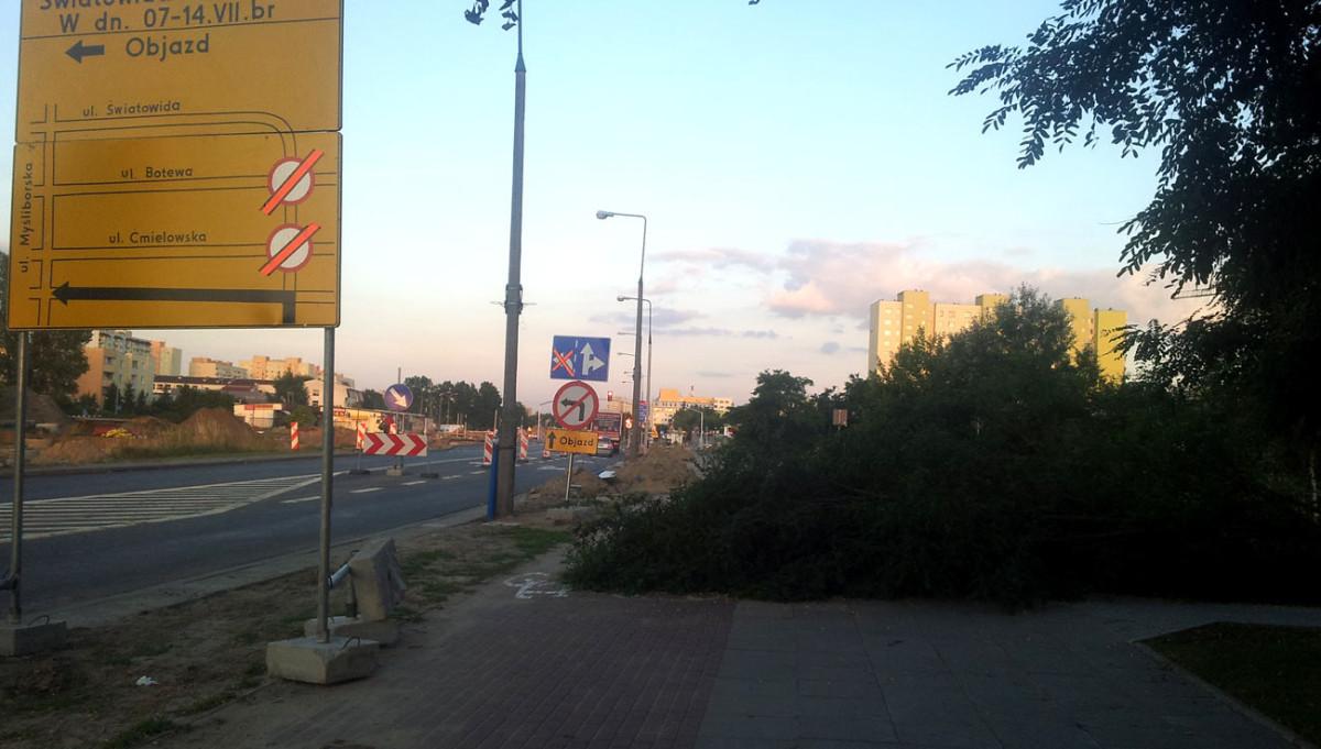 Droga dla rowerów na Tarchominie kawałek dalej. Drzewo leżało jakieś.... dwa tygodnie!